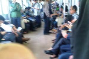 Kini jumlah penumpang dalam KRL sudah cukup ramai dibandingkan saat dari Bogor