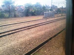Terlihat sejumlah jalur rel memasuki Stasiun Depok - rel2 di sebelah kiri itu adalah yang menuju Dipo KA Depok