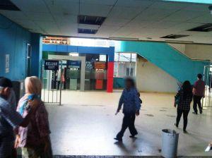 Pintu masuk Stasiun Depok Baru - sudah tidak ada lagi kios2 pedagang dan pengemis di dalam stasiun, sudah jauh lebih bersih - meski pasar di luar stasiun masih belum bersih juga :)