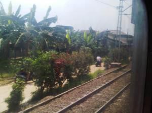 Jalanan kecil di pinggiran rel KA Depok
