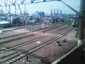 Terlihat percabangan rel keluar Jakarta Kota - menuju Tanjung Priok dan Kampung Bandan