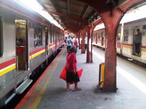 KRL akhirnya tiba dan menurunkan penumpang