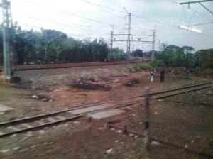 Terlihat percabangan rel KA ke arah Timur - menuju Bekasi / Cikampek / Bandung / Jawa Tengah