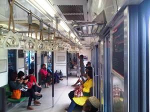 Jumlah penumpang di dalam KRL mulai berkurang lagi selepas banyak yang turun di Stasiun Manggarai