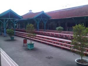 Sisi barat dan gedung kantor Stasiun Manggarai