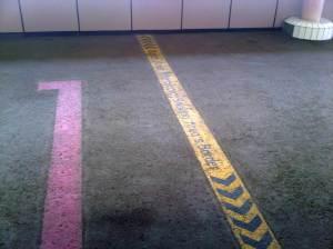 Terlihat garis pembatas dilarang merokok)