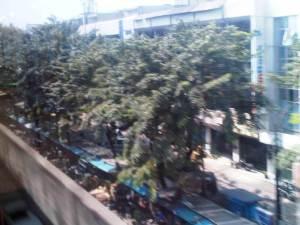 Jalan di sisi Timur St. Sawah Besar yang dipenuhi kios pedagang dan pertokoan