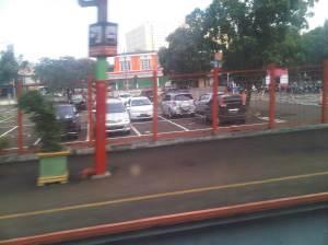 Parkiran mobil stasiun