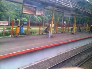 Stasiun UI (4) - terlihat boulevard UI dari arah gerbang masuk di sisi kiri rel