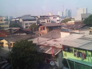 View pemukiman dan skyscraper Jakarta di pagi hari, tpat sebelum memasuki Stasiun Jayakarta