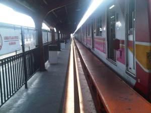 Pagi itu penumpang KRL baik yang ke Bekasi maupun Bogor sangat sepi.... waktu yg tepat untuk diary-ku