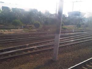 KRL mulai memasuki Stasiun Jatinegara