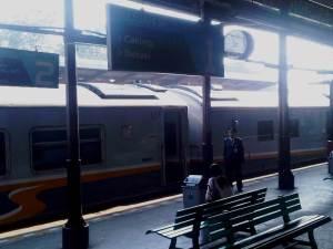 Stasiun Jatinegara 1 - terlihat KA Argo Parahyangan yang baru tiba dari Bandung