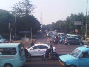 Setelah KRL meninggalkan Jatinegara, terlihat persimpangan Jl. Jatinegara dengan interchange menuju Jl Tol Layang Cawang - Tanjung Priok