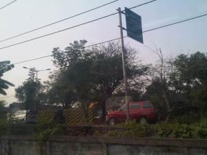 Jalan di sisi Selatan rel yang sudah sangat dekat dengan perbatasan Kota Bekasi - DKI Jakarta, jauh menyempit