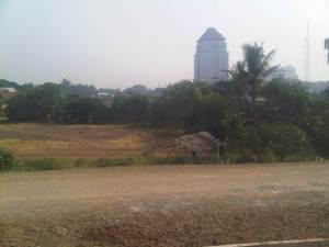 Dari sisi UTara ini, di samping proyek double2 track, nun jauh di sana terlihat gedung kantor Walikota Jakarta Timu