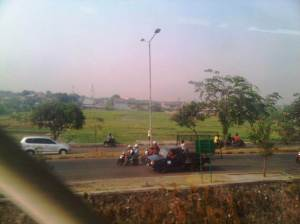 Selepas Stasiun Cakung mulai terlihat banyak lahan kosong daerah perbatasan DKI - Bekasi