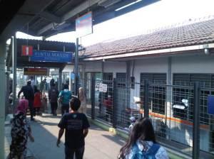 Stasiun KRanji 5 - sisi Selatan.  Banyak penumpang yg turun dari KRL di stasiun yang sudah masuk wilayah Kota Bekasi ini