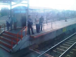 Stasiun Kranji 3 - sisi UTara, terlihat beberapa penumpang menunggu KRL arah Jakarta