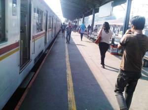 Semua penumpang turun dari KRL menuju pintu keluar di sisi Utara dan Selatan rel