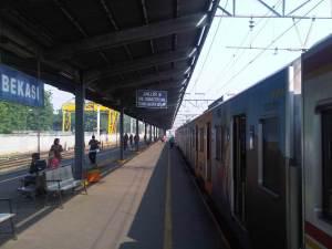 KRL pun akhirnya tiba di stasiun tujuan akhir yakni Stasiun Bekasi
