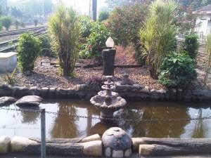 Taman kecil yang turut menghias Stasiun Bekasi