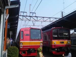 Saat itu ada dua KRL dari Jakarta yang baru tiba di Stasiun Bekasi - KRL yang baru saja saya tumpangi adalah yang kiri. Dalam hitungan menit, KRL yang di kanan akan kembali menuju Jakarta Kota dilanjutkan yang kiri