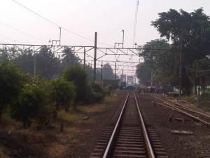 Ujung rel KA arah Timur, dimana akan dilintasi KA Jarak Jauh menuju arah Jawa