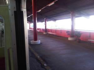 Peron stasiun yang sepi