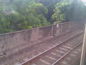 Rel KA layang yg terlihat dari sisi kereta