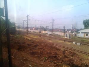 Rel ke arah Bekasi pun berpisah dengan rel ke arah Bogor yang terlihat pada foto ini