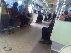 Setelah berangkat meninggalkan Stasiun Manggarai, penumpang ke arah Bekasi mulai terlihat cukup banyak